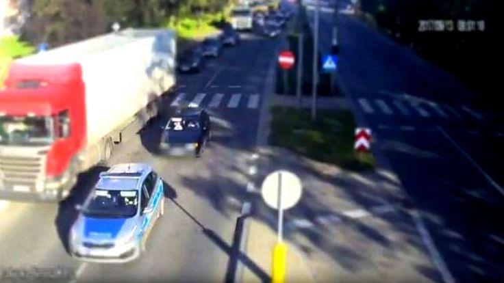Policjanci pilotowali volkswagena ulicami Bałtycką, Grunwaldzką, Niepodległości i Mariańską