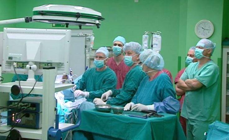 Nowatorskość operacji polegała na tym, że choremu zrobiono tylko jedno, ok. 1,5 cm nacięcie.