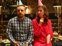 Krzysztof nie bawi się najlepiej. Czyżby myślał o sprawie pani Irenki? (fot. TVP)