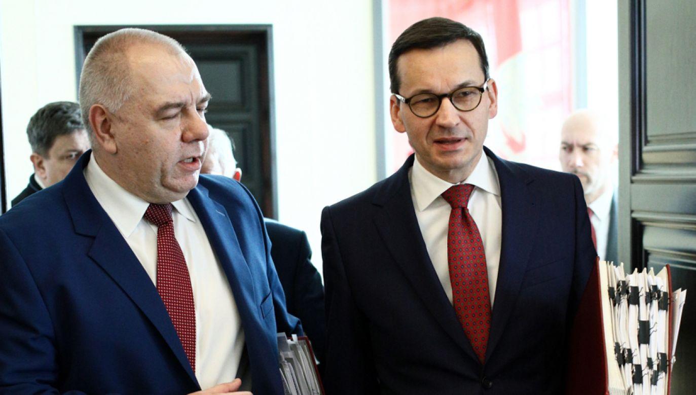 Premier Mateusz Morawiecki (P) i i szef komitetu stałego RM Jacek Sasin (L) (fot. PAP/Leszek Szymański)