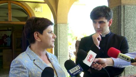 Premier Beata Szydło z synem ks. Tymoteuszem (fot. TVP3 Kraków)