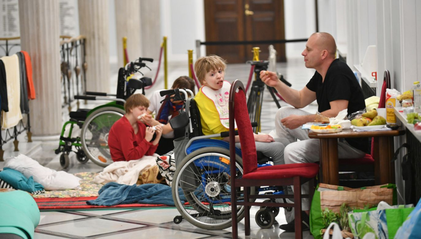 Uczestnicy stacjonarnego protestu rodziców osób niepełnosprawnych w Sejmie.(fot. PAP/Bartłomiej Zborowski)