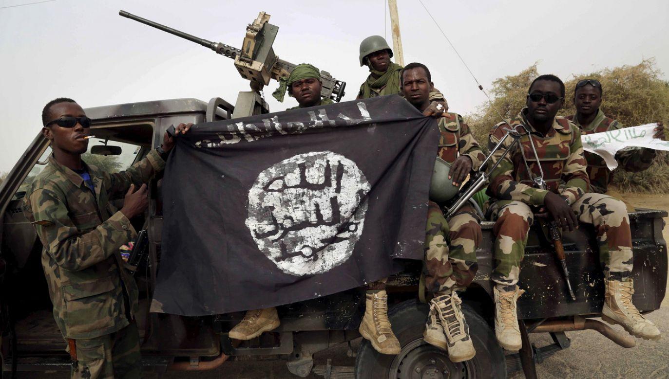 Nigeryjscy żołnierze z flagą Boko Haram (fot. REUTERS/ Emmanuel Braun/ File Photo)