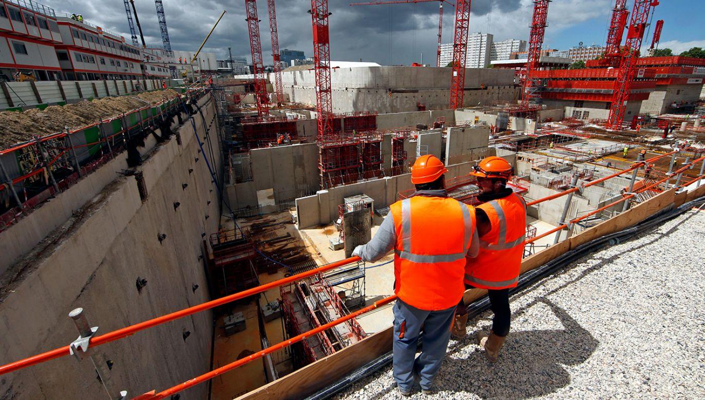 Na budowach prowadzonych na zamówienie instytucji publicznych pracownicy mówić muszą po francusku lub mieć tłumacza, i to przysięgłego (fot. REUTERS/Benoit Tessier)