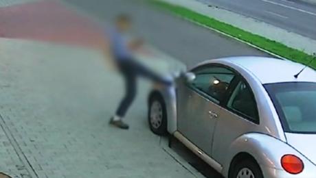 Mężczyzna szedł ulicą i kopał w zaparkowane samochody. Fragment z zapisu monitoringu udostępniono mediom