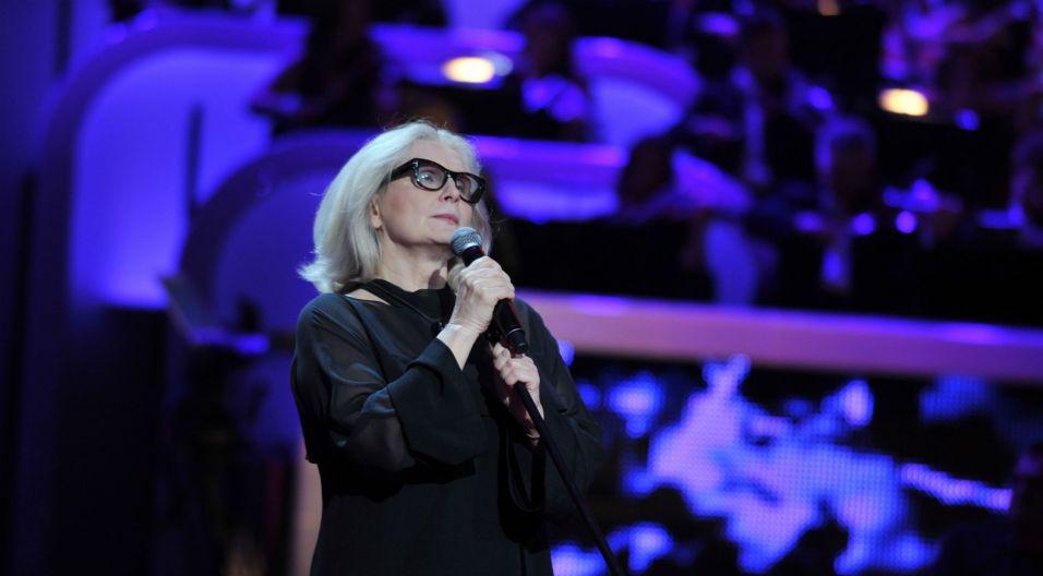 """Nie zapomniano też o Agnieszce Osieckiej. Magda Umer zaśpiewała """"Okularników"""" (fot. Jan Bogacz)"""