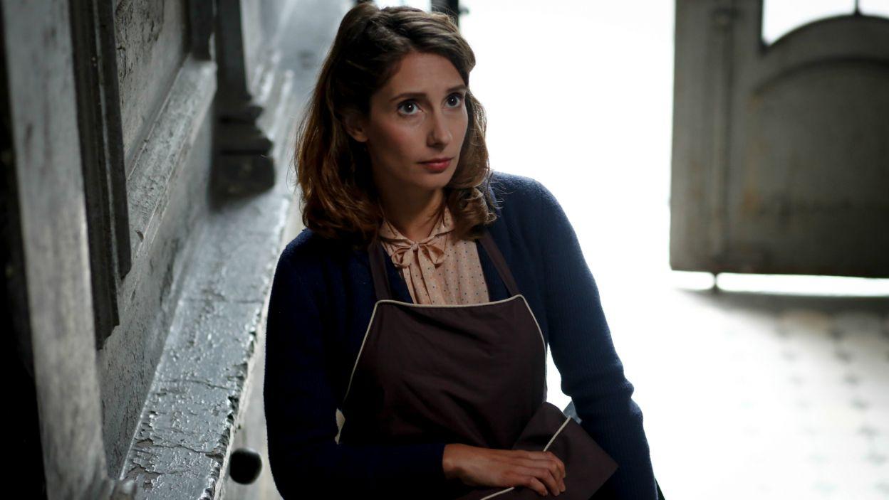 Marysia w przebraniu sprzedawcy czekolady, udaje się do siedziby Gestapo. Dziewczynie udaje się spotkać narzeczonego i nie tylko... na Szucha pojawia się także Margarethe (fot. TVP)