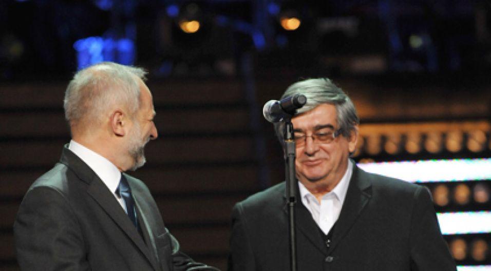 Nagrodę wręczał prezes TVP Juliusz Braun (fot. Ireneusz Sobieszczuk)