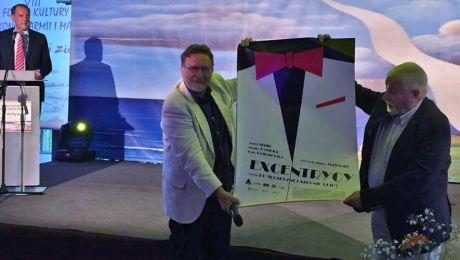 """Włodzimierz Kowalewski i Janusz Majewski zaprezentowali plakat filmu """"Excentrycy""""."""