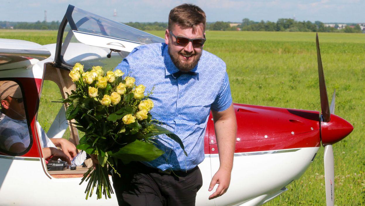 """Dawid też miał """"wejście smoka"""", do rolniczki przyleciał samolotem (fot. TVP)"""