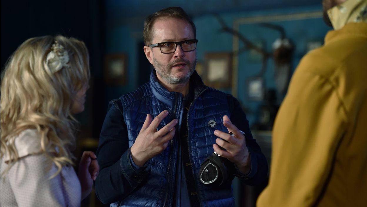 Reżyser spektaklu – Artur Żmijewski postanowił zachować charakter i bogactwo fredrowskiego języka, przy jednoczesnym odejściu od tradycyjnej stylistyki dworkowej (fot. I. Sobieszczuk/TVP)
