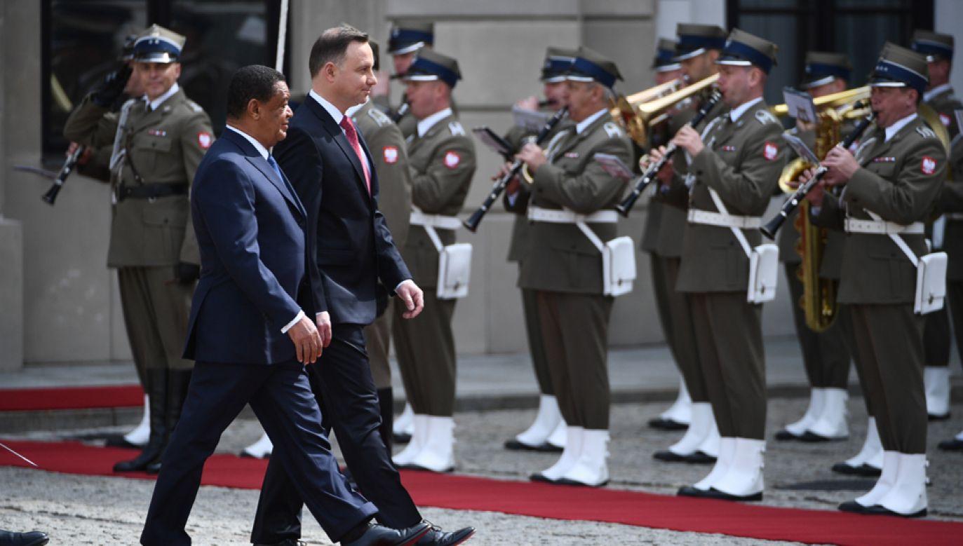 Prezydent Andrzej Duda oraz prezydent Etiopii Mulatu Teshome Wirtu podczas ceremonii powitania na dziedzińcu Pałacu Prezydenckiego (fot. PAP/Jacek Turczyk)