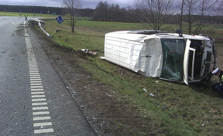 Bus wypadł poza drogę i dachował (fot. KPP Żnin)