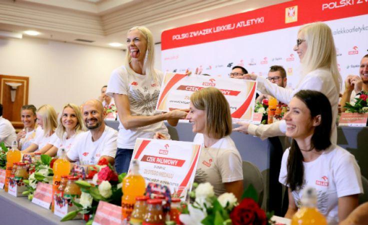 Iga Baumgart-Witan odbiera nagrodę podczas spotkania medalistów lekkoatletycznych mistrzostw Europy z dziennikarzami w Warszawie. Fot.: PAP/Leszek Szymański