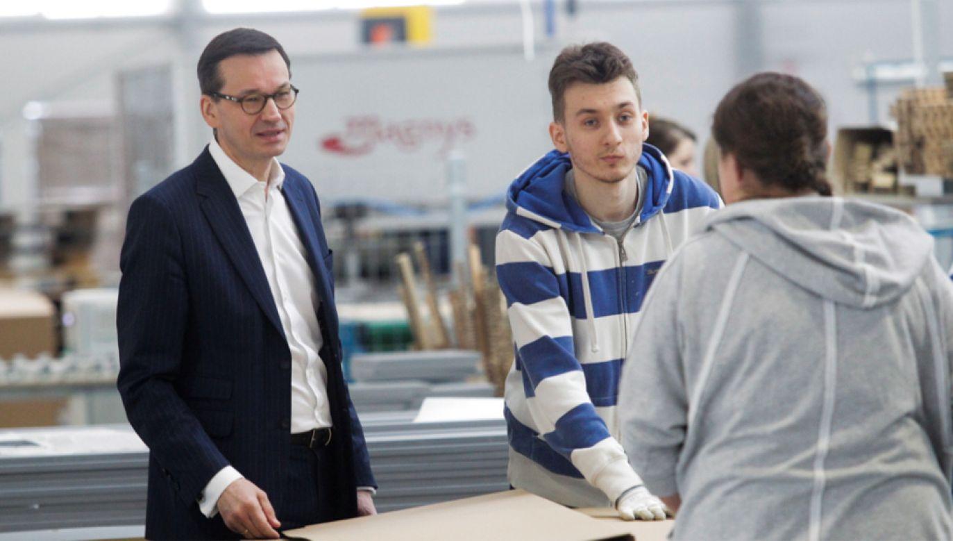 Premier Morawiecki  tłumaczy, ze wzrost gospodarczy cieszy, gdy oznacza malejące bezrobocie i wyższe wynagrodzenia (fot. PAP/Tomasz Waszczuk)