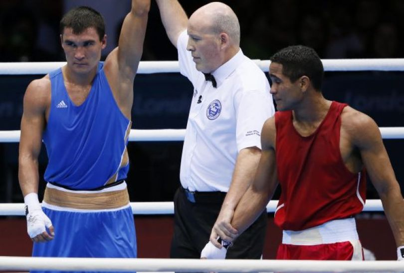 Serik Sapijew z Kazachstanu wygrał z Gabriele Maestre Perezem w wadze półśredniej i zapewnił sobie medal (fot. PAP/EPA)