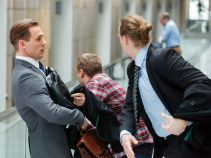 Na korytarzu sądowym Krzysiek chce wyjaśnić sprawę Marty z Tomkiem (fot. Mateusz Wiecha/TVP)