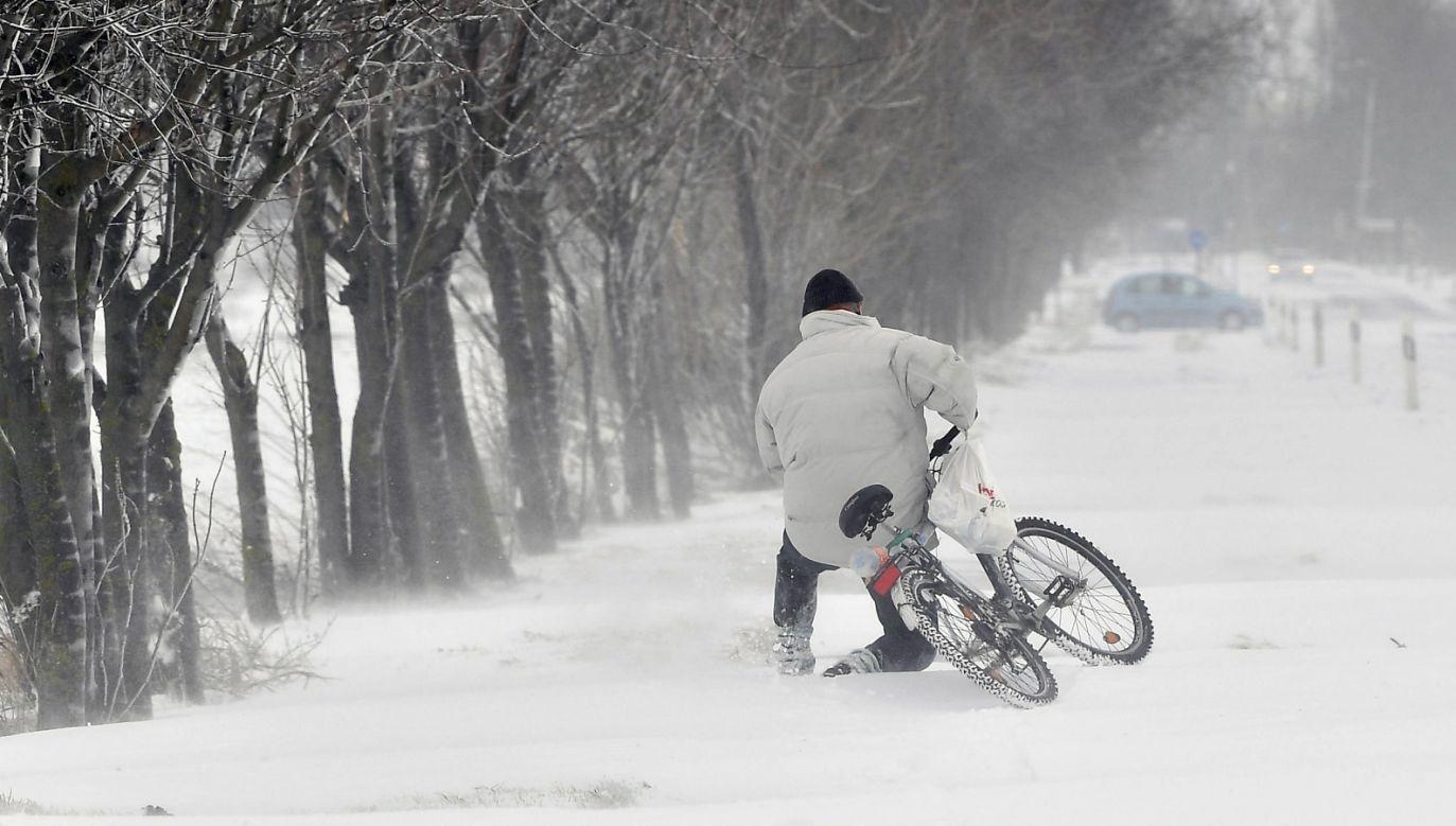 Awarie spowodowane opadami śniegu i gradu doprowadziły do opóźnień w kursowaniu pociągów (fot. PAP/ EPA/Zsolt Czegledi)