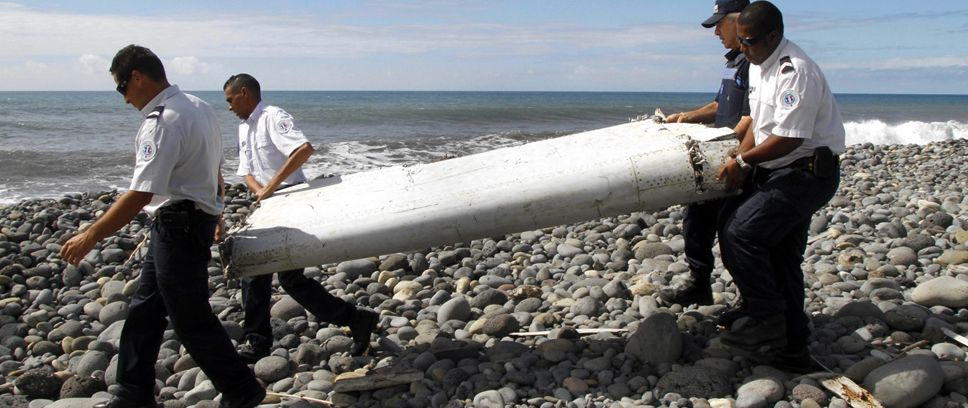 Eksperci zbadają znaleziony fragment skrzydła (fot. PAP/EPA/RAYMOND WAE TION)