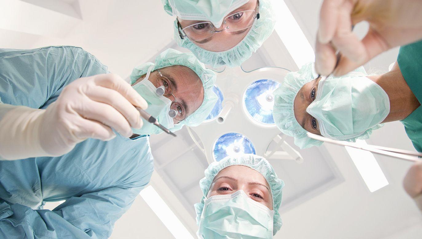 Nieświadomi lekarze wycięli kobiecie zdrowy żołądek, śledzionę i fragment przełyku (fot. Shutterstock/Juice Images Ltd)