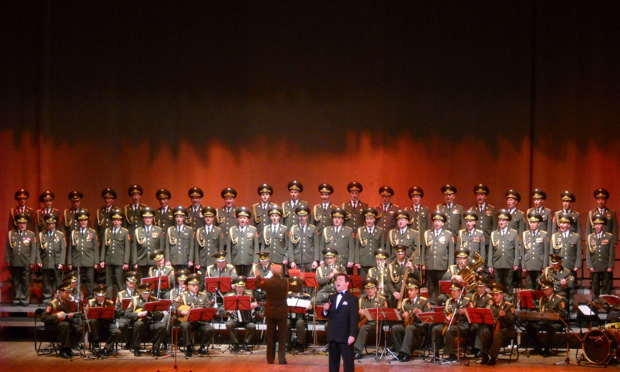 Z Chórem Aleksandrowa podczas koncertu w Warszawie w 2009 roku. Fot. Wikimedia/Loraine