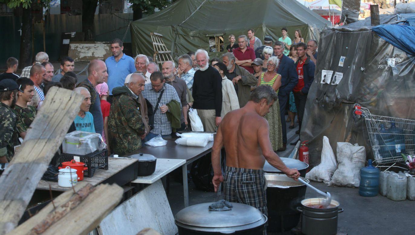 Biedni w kolejce po darmowy posiłek (fot. PAP/EPA/SERGEI CHIRIKOV)