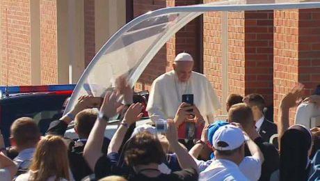 Papież Franciszek przyjechał do Sanktuarium św. Jana Pawła II, gdzie odprawi mszę św. dla duchowieństwa.