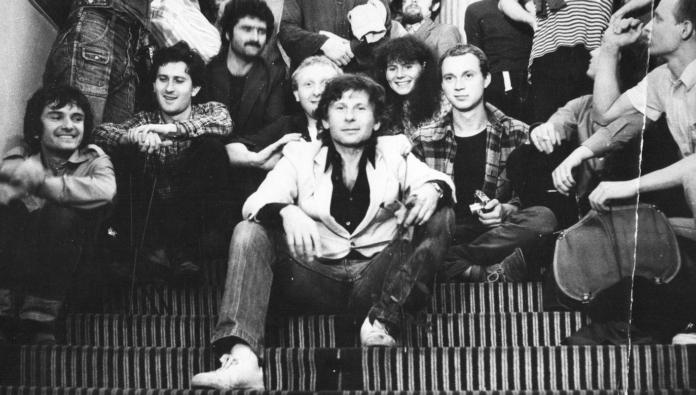 Roman Polański na schodach PWSTiF, 1981 (fot. Archiwum Szkoły Filmowej w Łodzi)