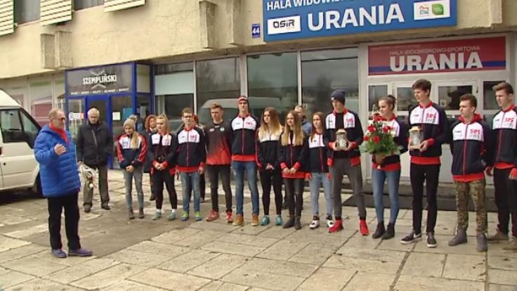 Przed pamiątkową tablicą przy hali Uranii kwiaty złożyli młodzi siatkarze