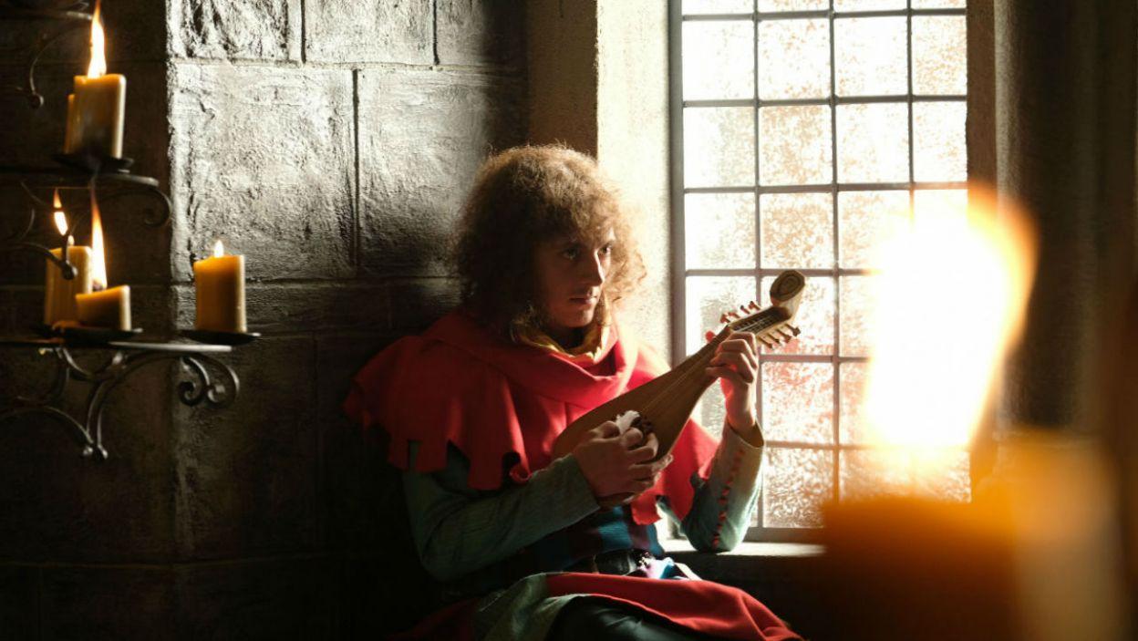 Tymczasem na Wawelu pojawia się minstrel z Litwy, z tajną wiadomością dla Anny (fot. Marcin Makowski/TVP)