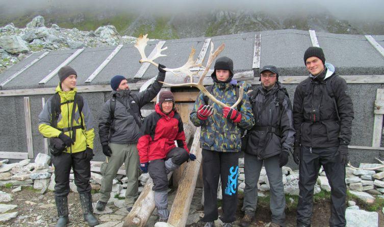 Po drodze do chaty traperskiej, w której w przeszłości mieszkali norwescy łowcy, spotkaliśmy renifery oraz porzucone poroże