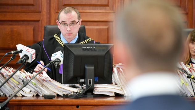 Sędzia Hubert Gąsior podczas przesłuchania byłego premiera Donalda Tuska ws. Smoleńska  (fot.  PAP/Bartłomiej Zborowski)