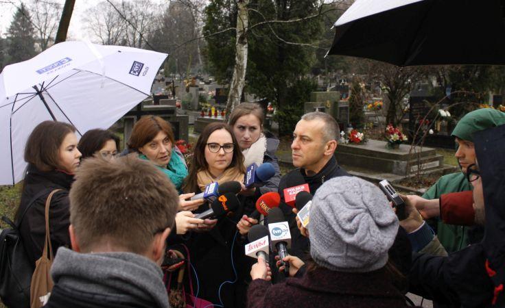Prokurator Marek Kowalcze podczas spotkania z mediami na Cmentarzu Rakowickim w Krakowie (fot. krakow.ipn.gov.pl)