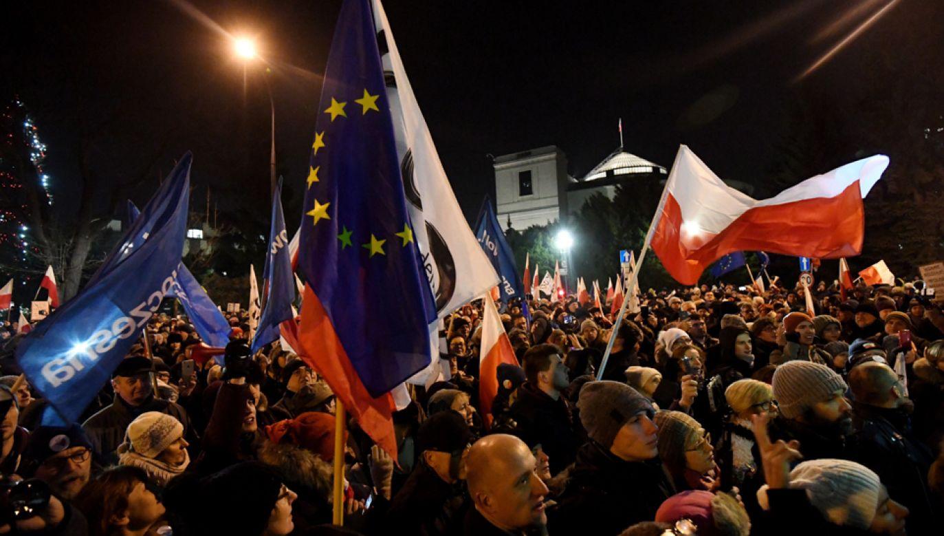 Uczestnicy protestu pod Sejmem (fot. PAP/Bartłomiej Zborowski)