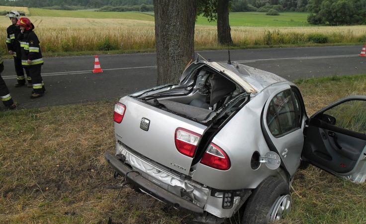 Kierowca tego seata leon nie miał szans na przeżycie (fot. KM PSP w Grudziądzu)