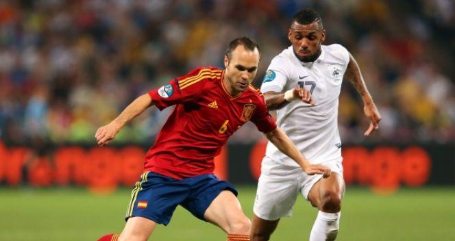 W ćwierćfinałowym meczu Hiszpania - Francja Yann M'Vila miał ogromne problemy z upilnowaniem gracza Barcelony (fot. Getty Images