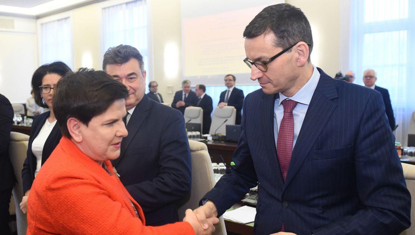 Ustępująca premier Beata Szydło i jej następca Mateusz Morawiecki (fot. PAP/Radek Pietruszka)
