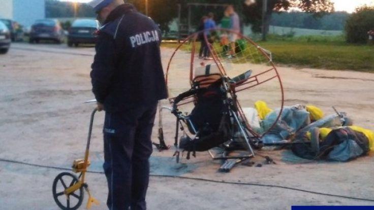 Rannemu paralotniarzowi pierwszej pomocy udzielili strażacy i ratownicy medyczni (fot. KWP Olsztyn)