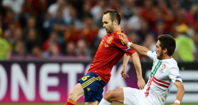 Andres Iniesta i Joao Moutinho (fot. Getty Images)