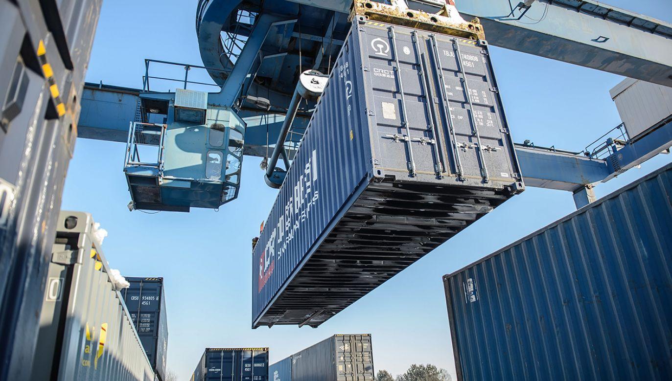 Przeładunek pociągu kontenerowego z Chin do Londynu na terenie centrum logistycznego Grupy PKP Cargo w Małaszewiczach (fot. arch. PAP/Wojciech Pacewicz)