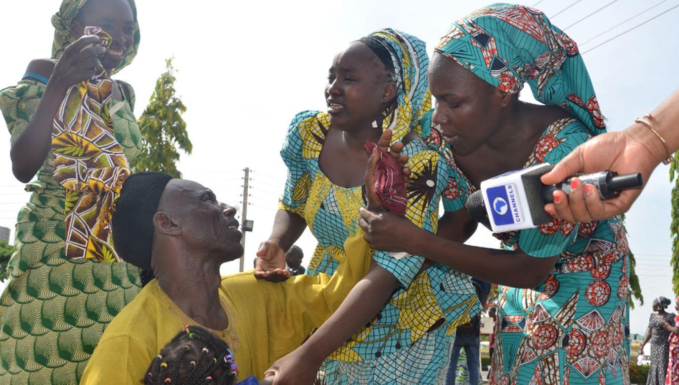 Część dziewcząt porwanych w 2014 roku została uwolniona przez Boko Haram (fot.  Sodiq Adelakun/Anadolu Agency/Getty Images))