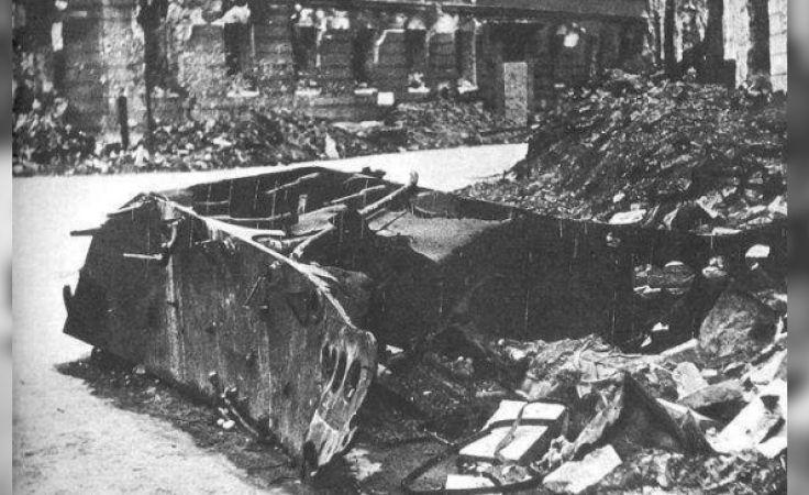 Wrak pojazdu miny na ulicy Kilińskiego, 18 sierpnia 1944. Fot.: Jerzy Tomaszewski [Public domain], via Wikimedia Commons