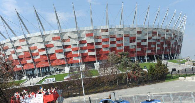 Kolumna z trofeum obok Stadionu Narodowego (fot. PAP/Bartłomiej Zborowski)
