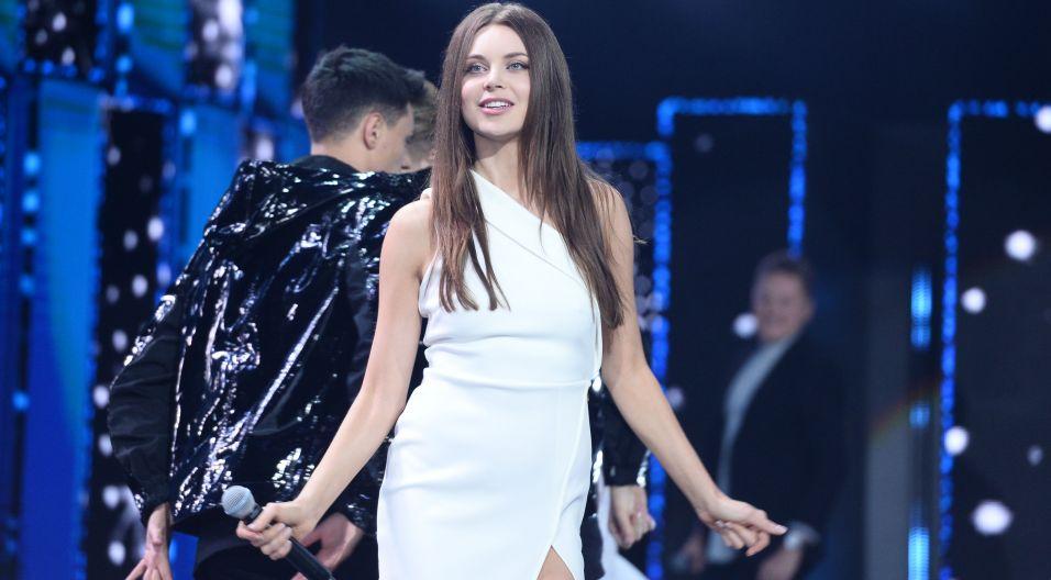 """Monika Lewczuk w duecie z  Antkiem Smykiewiczem wykonali utwór """"Biegnę"""" (fot. TVP)"""