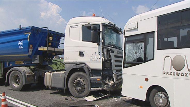 O włos od tragedii. Zderzenie ciężarówki i autobusu z uczniami