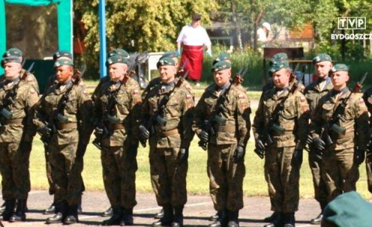 Żołnierze z oddziału gospodarczego świętują