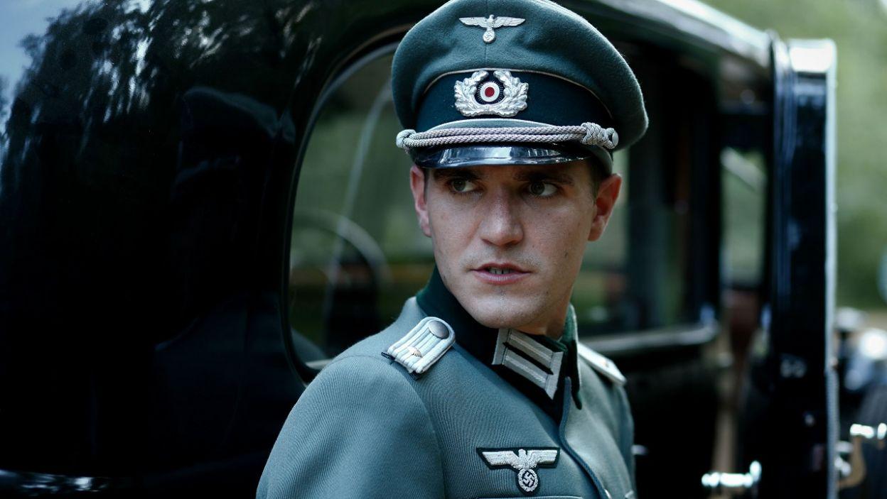 Nie umyka to uwadze niemieckiego oficera, który postanawia ich zatrzymać (fot. TVP)