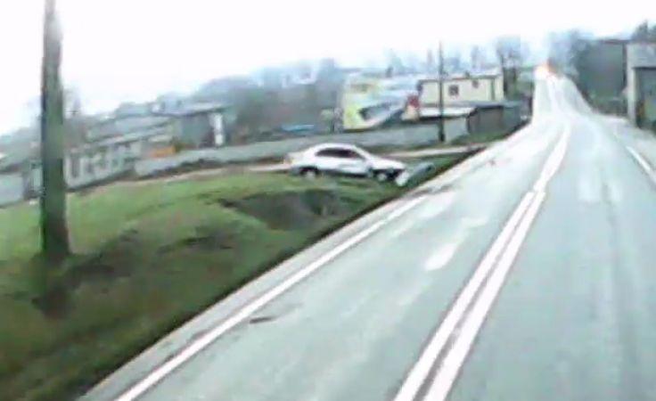 Kierowcy rozbitej hondy nic się nie stało