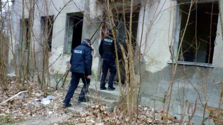 Policjanci przewieźli mężczyznę do komendy (fot. KWP Olsztyn)