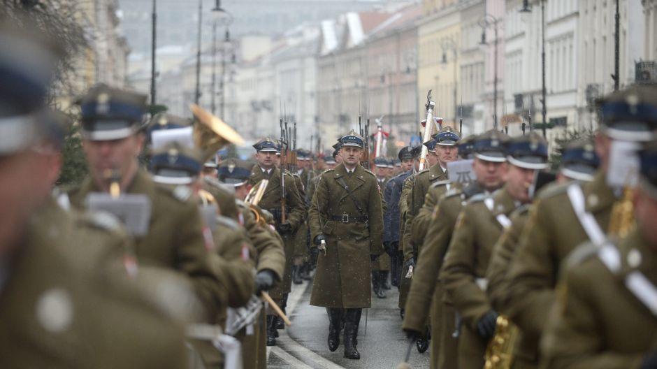 Przemarsz uczestników apelu pamięci na plac Piłsudskiego przed Grób Nieznanego Żołnierza/PAP/Bartłomiej Zborowski